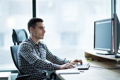 Портрет молодого бизнесмена работая на компьютере Стоковые Изображения