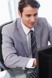 Портрет молодого бизнесмена работая с компьютером Стоковые Фото