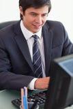 Портрет молодого бизнесмена работая с компьютером Стоковая Фотография