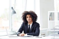 Портрет молодого бизнесмена смешанной гонки Стоковая Фотография RF