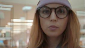 Портрет молодого битника женский в окнах магазина магазина близко сток-видео