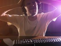 Портрет молодого бородатого мужского gamer играя видеоигру в шальном ночи идя сумашедшее стоковое фото rf