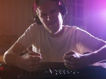 Портрет молодого бородатого мужского gamer играя видеоигру в шальном ночи идя сумашедшее стоковые фотографии rf