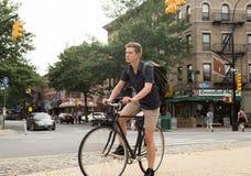 Портрет молодого кавказского велосипеда катания подростка на улице города Стоковое Изображение