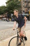 Портрет молодого кавказского велосипеда катания подростка на улице города Стоковые Фотографии RF
