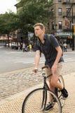 Портрет молодого кавказского велосипеда катания подростка на улице города Стоковые Изображения RF
