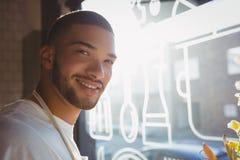 Портрет молодого кельнера в кафе Стоковое Изображение RF