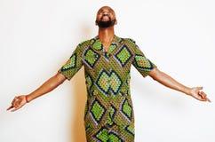 Портрет молодого красивого африканского человека нося яркое ое-зелен nati стоковое изображение