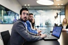 Портрет молодого красивого бизнесмена на встрече Стоковая Фотография RF