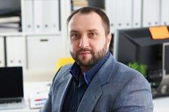 Портрет молодого красивого перспективного бизнесмена в офисе Стоковое фото RF