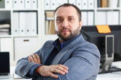 Портрет молодого красивого перспективного бизнесмена в офисе Стоковое Фото