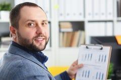 Портрет молодого красивого перспективного бизнесмена в офисе Стоковые Фото