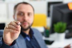 Портрет молодого красивого перспективного бизнесмена в офисе Стоковое Изображение RF