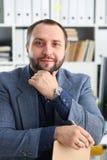 Портрет молодого красивого перспективного бизнесмена в офисе Стоковое Изображение