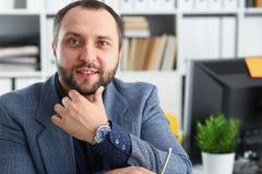 Портрет молодого красивого перспективного бизнесмена в офисе Стоковая Фотография RF