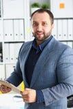 Портрет молодого красивого перспективного бизнесмена в офисе Стоковые Фотографии RF