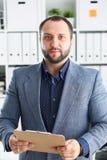 Портрет молодого красивого перспективного бизнесмена в офисе Стоковые Изображения RF