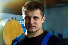 Портрет молодого красивого работника кавказского возникновения Человек с сильн-завещанным человеком смотрит прямо в стоковые фотографии rf