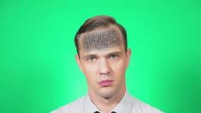 Портрет молодого красивого человека который, с недоразумением, смотрит камеру зеленая предпосылка, замедление, 4k видеоматериал