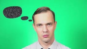 Портрет молодого красивого человека который, с недоразумением, смотрит камеру зеленая предпосылка, замедление, 4k акции видеоматериалы