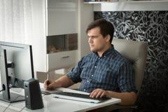 Портрет молодого мужского график-дизайнера работая дома офис с графической таблеткой Стоковая Фотография