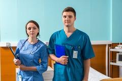 Портрет молодого мужчины и женского доктора в форме с phonend Стоковые Фотографии RF