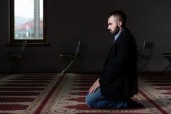Портрет молодого мусульманского человека стоковое фото