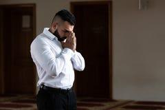 Портрет молодого мусульманского человека стоковое изображение