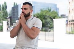 Портрет молодого мусульманского человека стоковое изображение rf