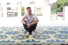 Портрет молодого мусульманского человека снаружи стоковое изображение rf