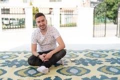 Портрет молодого мусульманского человека снаружи стоковые изображения