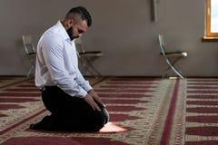 Портрет молодого мусульманского человека стоковые изображения rf