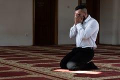 Портрет молодого мусульманского человека стоковые изображения