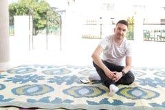 Портрет молодого мусульманского Outdoors человека стоковые фото