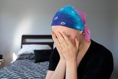Портрет молодого онкологического больного в головном платке держа головным в руках стоковые изображения rf