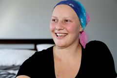 Портрет молодого онкологического больного в смеяться над головного платка Стоковое Изображение