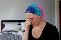 Портрет молодого онкологического больного держа сторону с рукой Стоковое Фото