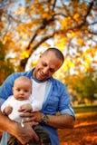 Портрет молодого отца и ребёнок в осени паркуют стоковые изображения