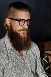 Портрет молодого умного бородатого человека в стеклах стоковое фото rf