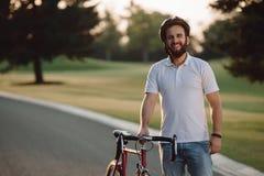Портрет молодого усмехаясь велосипедиста Стоковые Изображения RF