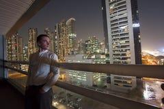 Портрет молодого человека в городе Дубай стоковое фото