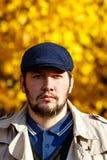Портрет молодого человека в лесе осени стоковая фотография