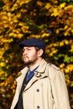 Портрет молодого человека в лесе осени стоковые изображения