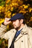 Портрет молодого человека в лесе осени стоковое изображение rf