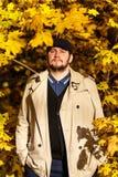 Портрет молодого человека в лесе осени стоковое фото