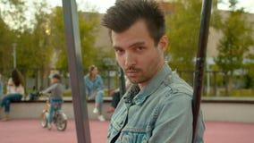 Портрет молодого человека в парке акции видеоматериалы