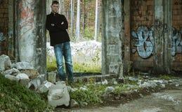 Портрет молодого человека в получившемся отказ здании, фото искусства улицы стоковые фото