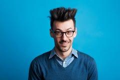 Портрет молодого человека в студии с spiky стилем причёсок стоковое изображение rf