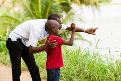 Портрет молодого человека и его сына на крае воды стоковые фото