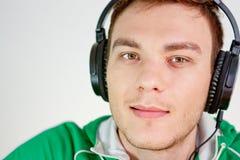 Портрет молодого человека слушает нот Стоковые Изображения RF